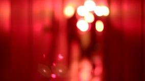 Σκιαγραφία δύο προκλητικών γυναικών στα υψηλά τακούνια που χορεύουν σε έναν μουτζουρωμένο, κόκκινο διάδρομο απόθεμα βίντεο