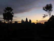 Σκιαγραφία Angkor Wat - διάσημο καμποτζιανό ορόσημο - στην ανατολή Στοκ φωτογραφίες με δικαίωμα ελεύθερης χρήσης