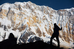 Σκιαγραφία backpacker στο βράχο και το Annapurna Ι υπόβαθρο 8,091m από Annapurna Basecamp, Νεπάλ Στοκ Εικόνες