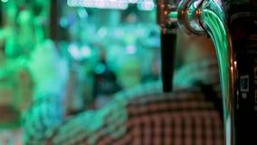 Σκιαγραφία bartender των πίσω οινοπνευματωδών ποτών επιλογής bootles με τη βρύση πύργων μπύρας στο πρώτο πλάνο φιλμ μικρού μήκους