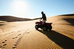 Σκιαγραφία Biking τετραγώνων - Merzouga - Μαρόκο Στοκ φωτογραφία με δικαίωμα ελεύθερης χρήσης
