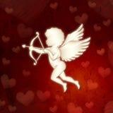 Σκιαγραφία Cupid με τις καρδιές πέρα από το κόκκινο παλαιό έγγραφο Στοκ Φωτογραφία