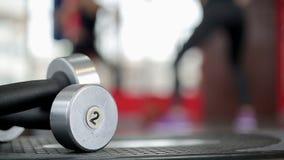 Σκιαγραφία Defocused της αθλητικής κυρίας που κάνει τις ασκήσεις ικανότητας, υπόβαθρο γυμναστικής απόθεμα βίντεο
