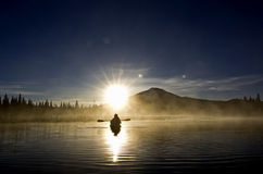 Σκιαγραφία Kayaker στην ανατολή Στοκ Εικόνα