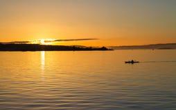 Σκιαγραφία Kayaker στη Νορβηγία Στοκ Εικόνες