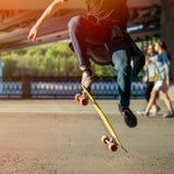 Σκιαγραφία skateboarder που πηδά στην πόλη Στοκ Φωτογραφίες
