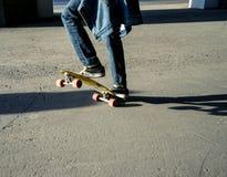 Σκιαγραφία skateboarder που πηδά στην πόλη Στοκ εικόνες με δικαίωμα ελεύθερης χρήσης