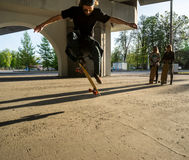Σκιαγραφία skateboarder που πηδά στην πόλη Στοκ Φωτογραφία
