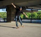 Σκιαγραφία skateboarder που πηδά στην πόλη Στοκ φωτογραφίες με δικαίωμα ελεύθερης χρήσης