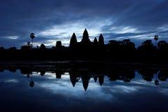 Σκιαγραφία Wat Angkor στην ανατολή Στοκ Εικόνες