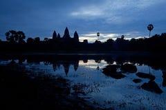 Σκιαγραφία Wat Angkor στη Dawn ενάντια στο σκούρο μπλε ουρανό Στοκ Φωτογραφίες