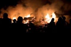 Σκιαγραφίες ανθρώπων, που εξετάζουν την πυρκαγιά Στοκ εικόνα με δικαίωμα ελεύθερης χρήσης