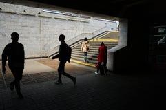 Σκιαγραφίες ανθρώπων στον πεζό υπογείων Στοκ εικόνα με δικαίωμα ελεύθερης χρήσης