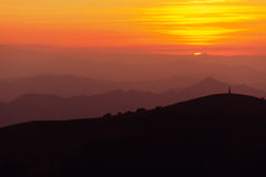 Σκιαγραφίες βουνών στο ηλιοβασίλεμα Στοκ εικόνα με δικαίωμα ελεύθερης χρήσης