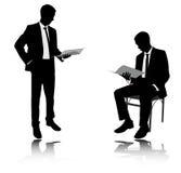 Σκιαγραφίες εκθέσεων ανάγνωσης επιχειρηματιών Στοκ Εικόνες