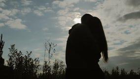 Σκιαγραφίες ενάντια στον ήλιο και τον ουρανό απόθεμα βίντεο
