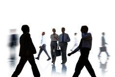 Σκιαγραφίες επιχειρηματιών που ανταλάσσουν και που απομονώνονται στο λευκό Στοκ Εικόνες
