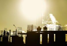 Σκιαγραφίες εργοτάξιων οικοδομής στο υπόβαθρο ηλιοβασιλέματος Στοκ Φωτογραφίες