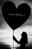 Σκιαγραφίες μιας καρδιάς εκμετάλλευσης κοριτσιών του μπαλονιού θλίψης Στοκ εικόνες με δικαίωμα ελεύθερης χρήσης