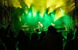 σκιαγραφίες μπροστά από τα φωτεινά φω'τα σκηνών, μουσική στοκ φωτογραφία με δικαίωμα ελεύθερης χρήσης