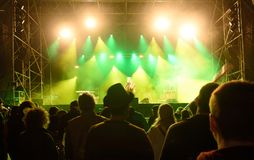 σκιαγραφίες μπροστά από τα φωτεινά φω'τα σκηνών, μουσική στοκ φωτογραφίες με δικαίωμα ελεύθερης χρήσης