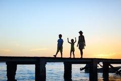 Σκιαγραφίες οικογενειακού ηλιοβασιλέματος Στοκ Φωτογραφία
