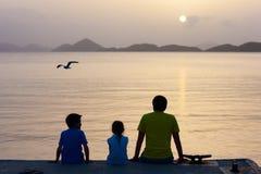 Σκιαγραφίες οικογενειακού ηλιοβασιλέματος Στοκ Εικόνες