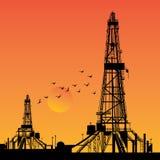 Σκιαγραφίες πλατφορμών άντλησης πετρελαίου Στοκ φωτογραφία με δικαίωμα ελεύθερης χρήσης