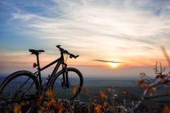 Σκιαγραφίες ποδηλάτων με τον ουρανό στο χρόνο sunsets Στοκ Φωτογραφία