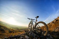 Σκιαγραφίες ποδηλάτων με το μπλε ουρανό στο ανάχωμα Στοκ Φωτογραφίες