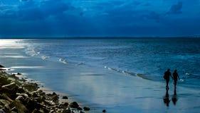 Σκιαγραφίες στην παραλία Στοκ εικόνα με δικαίωμα ελεύθερης χρήσης