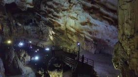 Σκιαγραφίες στη γέφυρα παρατήρησης ενάντια στον αναμμένο τοίχο στο τεράστιο σπήλαιο απόθεμα βίντεο