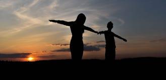 Σκιαγραφίες στο ηλιοβασίλεμα Στοκ φωτογραφίες με δικαίωμα ελεύθερης χρήσης