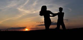 Σκιαγραφίες στο ηλιοβασίλεμα Στοκ φωτογραφία με δικαίωμα ελεύθερης χρήσης