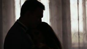 Σκιαγραφίες της νύφης και του νεόνυμφου στην αίθουσα μπροστά από το παράθυρο ευτυχής από κοινού Προετοιμασίες πρωινού για φιλμ μικρού μήκους