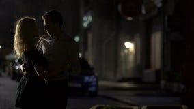 Σκιαγραφίες του αρσενικού και του θηλυκού που χορεύουν και που απολαμβάνουν τη ρομαντική ημερομηνία, που εξισώνουν το χρόνο απόθεμα βίντεο