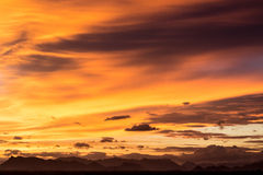 Σκιαγραφίες του βουνού στο ηλιοβασίλεμα Στοκ εικόνα με δικαίωμα ελεύθερης χρήσης