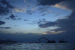 Σκιαγραφίες του γερανού κατασκευής στο ηλιοβασίλεμα στη θάλασσα, Pattaya Ταϊλανδός Στοκ φωτογραφία με δικαίωμα ελεύθερης χρήσης