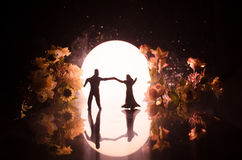 Σκιαγραφίες του ζεύγους παιχνιδιών που χορεύουν κάτω από το φεγγάρι τη νύχτα Αριθμοί του ερωτευμένου χορού ανδρών και γυναικών στ Στοκ εικόνα με δικαίωμα ελεύθερης χρήσης