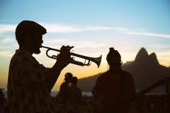 Σκιαγραφίες του μουσικού και του ακροατηρίου Arpoador Ρίο Βραζιλία Στοκ Εικόνα