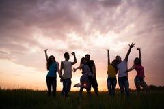 Σκιαγραφίες του ουρανού ηλιοβασιλέματος ανθρώπων againstl στοκ φωτογραφίες
