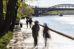 Σκιαγραφίες του περιπάτου ανθρώπων κατά μήκος του αναχώματος ενός ποταμού πόλεων Στοκ φωτογραφία με δικαίωμα ελεύθερης χρήσης