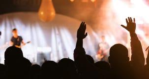 Σκιαγραφίες του πλήθους συναυλίας σε οπισθοσκόπο των rais πλήθους φεστιβάλ Στοκ Εικόνα