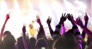 Σκιαγραφίες του πλήθους συναυλίας σε οπισθοσκόπο των rais πλήθους φεστιβάλ Στοκ Εικόνες