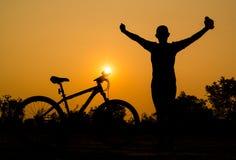 Σκιαγραφίες του ποδηλάτου βουνών με το άτομο Στοκ Φωτογραφία