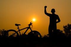 Σκιαγραφίες του ποδηλάτου βουνών με το άτομο Στοκ Εικόνα