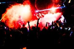 Σκιαγραφίες του πλήθους συναυλίας μπροστά από τα φωτεινά φω'τα σκηνών Στοκ φωτογραφία με δικαίωμα ελεύθερης χρήσης