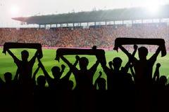 σκιαγραφίες των ανεμιστήρων ποδοσφαίρου σε μια αντιστοιχία και των θεατών στο ποδόσφαιρο στοκ φωτογραφία με δικαίωμα ελεύθερης χρήσης