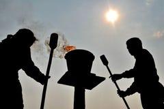 Σκιαγραφίες των ανθρώπων και της πυρκαγιάς Στοκ φωτογραφίες με δικαίωμα ελεύθερης χρήσης