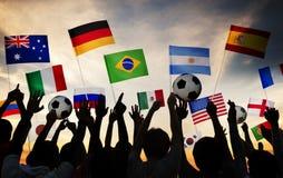 Σκιαγραφίες των ανθρώπων που μαζεύονται για τον κόσμο της FIFA του 2014 Στοκ Εικόνα